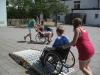 jugendliche-probieren-sich-im-rollstuhlfahren